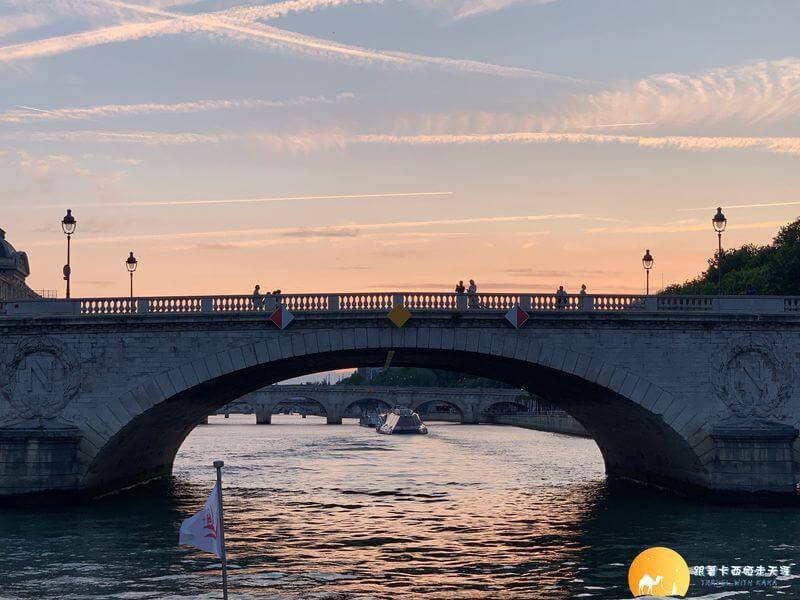 塞納河日落下的橋